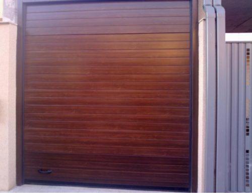 Puerta seccional imitación madera en Alcalá de Henares